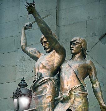 Estatua de Indívil y Mandonio